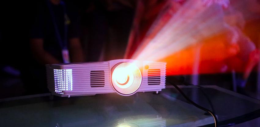 Cường độ sáng máy chiếu càng lớn thì hình ảnh càng nhìn thấy rõ nét